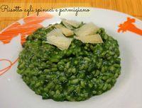 Il risotto agli spinaci e parmigiano è un primo piatto sano e genuino, cremoso, ricco di ferro grazie agli spinaci e insaporito da abbondante parmigiano.