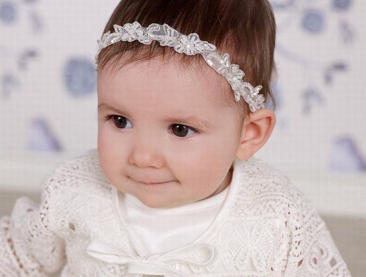 Een schattig haarbandje voor je schattige meisje. Dit bandje is van zachte kant met kraaltjes versierd. Kijk voor dit haarbandje of nog andere baby accessoires op bruidskindermode.nl. bruidsmeisje, doop, babyhaarbandje, bruidskinderen, babyhaar.