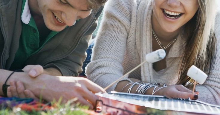 Juegos de preguntas divertidas que puedes jugar con tu novio. Los juegos de preguntas son herramientas efectivas y de revelación que ayudan a crear risas y a romper el hielo. Juegos como Verdad o Desafío han ayudado a las parejas a conocerse mejor conforme pasan los años. Haz preguntas que mantengan la inspiración de tu novio. No querrás desanimarlo o avergonzarlo. Hazle preguntas que sean divertidas, ...