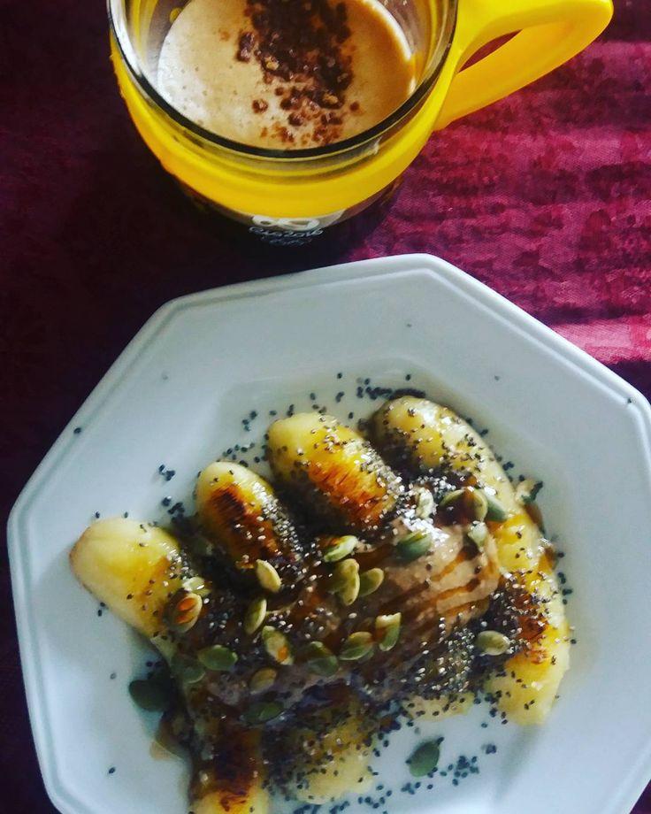 Começando super bem o dia com bananas grelhadas no óleo de coco cobertas com tahine, semente de abóbora, melado de cana e chia, acompanhados de um bom ☕ margoso com canela. Café da manhã com calma, tranquilidade e muita #gratidao . Bom dia gentem!!!! #coisasveganasdama #cafedamanhavegdama #cafe #cafedamanha #breakfast #semgluten #glutenfree #semlactose #banana #amo  #proteina