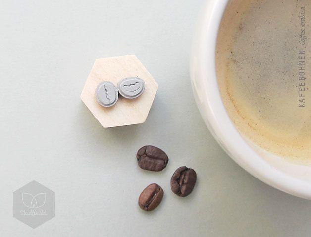 Zwei kleine Kaffeebohnen zum verschönern Deiner Rezeptesammlungen, Kaffeedosen und was Dir sonst noch einfällt. Hübsch verpackt eignet sich der Stempel zum verschenken und selbst beschenken. Die...