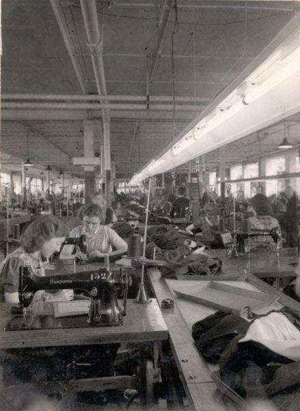 Interieur van de fabriek van Smits aan de Parallelweg Naaizaal met rechts de 'lopende hand.'