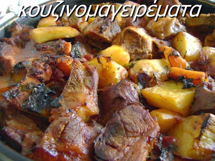 Κοκκινιστό χοιρινό με πατάτες στο φούρνο