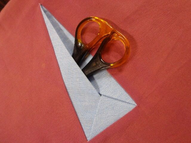 I love this origami type pocket, which is a bit different from the triangular shaped welt.  Alas, there is no tutorial.