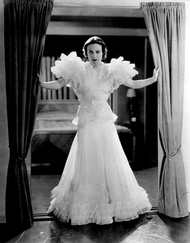 """Joan Crawford con il famoso abito con le maniche increspate nel film """"Ritorno"""""""