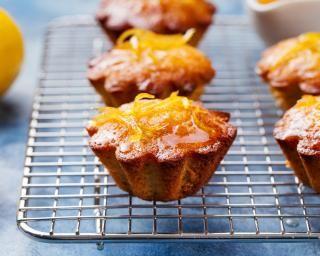 Mini cakes au citron et à l'amande : http://www.fourchette-et-bikini.fr/recettes/recettes-minceur/mini-cakes-au-citron-et-a-lamande.html
