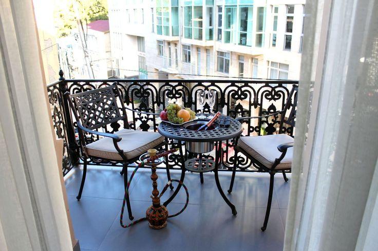 в Тбилиси, Грузия. Вам понравится это место - оно расположено в памятнике архитектуры 19 века и было только что отремонтировано и тщательно обустроено для создания супер комфортной атмосферы и удобного проживания. Высокие потолки, бесподобный угловой балкон который ...