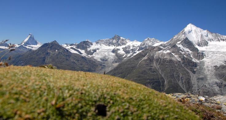 """Matterhorn (4478 m, Švýcarsko)  Přinášíme vám tipy na vrcholy, pro jejichž zdolání nepotřebujete zkušenosti horolezce, ale """"jenom"""" odvahu a vytrvalost. Více k tématu včetně reportáže z výstupu na zrádný Mont Blanc najdete v IN magazínu Hospodářských novin, který vychází tuto středu"""