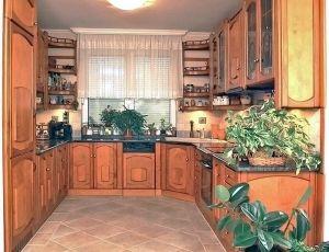 Gerland konyhabútorok minden esetben egyedi kivitelezéssel, külön helységben, vagy egy térben az étkezővel. Nem csak szekrényeket készítenek, érdemes megnézni a következő szép megoldásokat: konyhasziget beépítés, térelválasztó konyhapult, átadópult, konyhasarok egyaránt a kivitelezés része. #konyha #butor #konyhabutor #kitchen #furniture #interior #otthon #home #wood