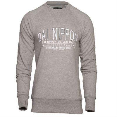 Budo Nord Sweatshirt Dai Nippon är en komfortabel och stilren Sweatshirt med Dai Nippon tryckt på framsidan. Framtagen för användning till vardagen eller uppvärmning på gymmet.