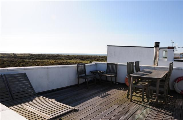 3 Bedroom Home in Hayling Island to rent from £450 pw. With Solarium, balcony/terrace, Log fire, TV and DVD.