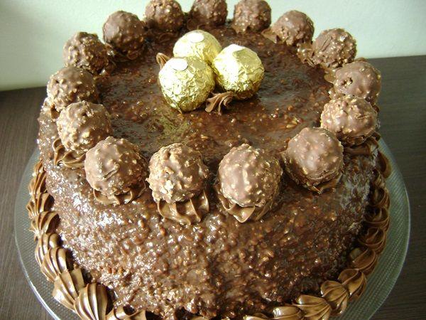 O Bolo Ferrero Rocher é simplesmente maravilhoso e perfeito para ocasiões mais que especiais. Surpreenda dos seus convidados com esse bolo incrível! Veja T