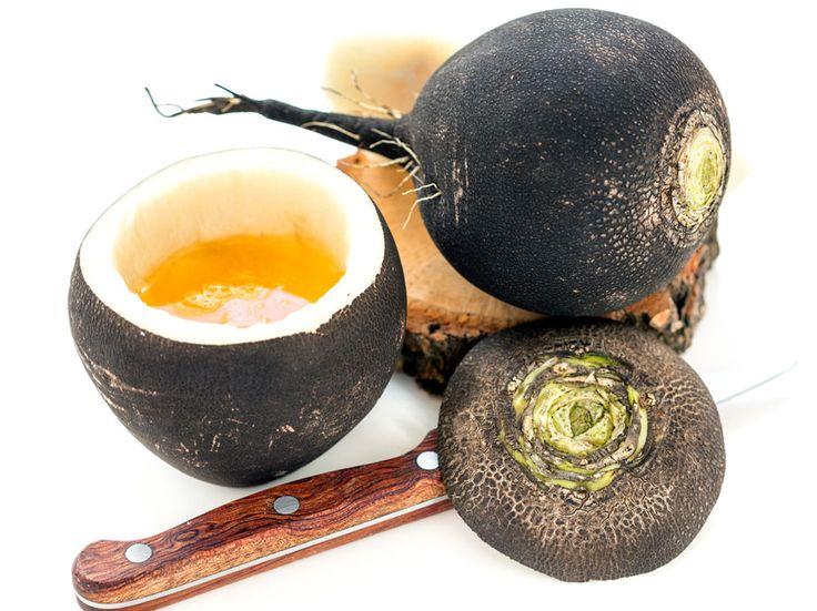 Schwarzer Rettich, auch Winter-Rettich,wird aus wenigen Hausmitteln zum Hustensaft. Wir zeigen, wie Sie ihn selbst herstellen und richtig dosieren.