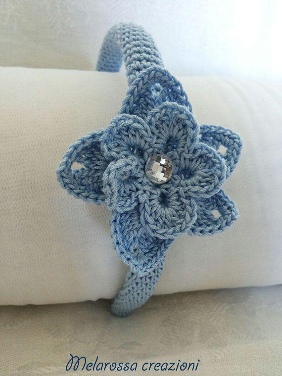 Cerchietto gioiello con fiore celeste e strass bianco fatto a mano all'uncinetto…