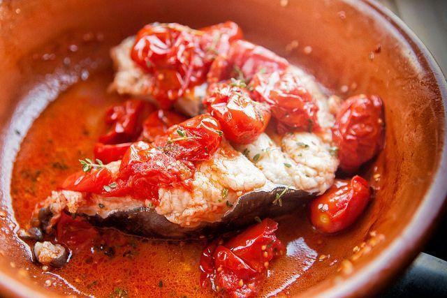 Un modo di cucinare il pesce semplicissimo e leggero. E troppo spesso sottovalutato. Ma sapete davvero come si fa? Obbligatoria, la cottura separata, come vi spiego qui. La ricetta del pesce alla pizzaiola http://www.scattigolosi.com/2017/05/la-ricetta-del-pesce-alla-pizzaiola.html/