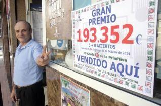 La administración de lotería del bar 'Los Peques', en el barrio de José María Lapuerta, sella un boleto ganador con los cinco números del sorteo de la Primitiva del domingo