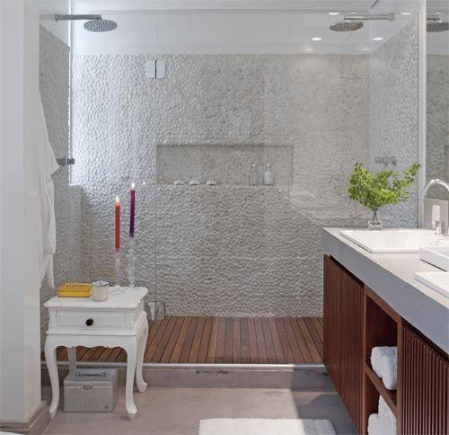 Para o casal desfrutar da companhia um do outro, o banheiro ganhou duas pias e duas duchas. No piso e na bancada, cimento queimado da NS Brazil. No boxe, paredes com seixos da Ásia Pedras. Acessórios da Vallvé.