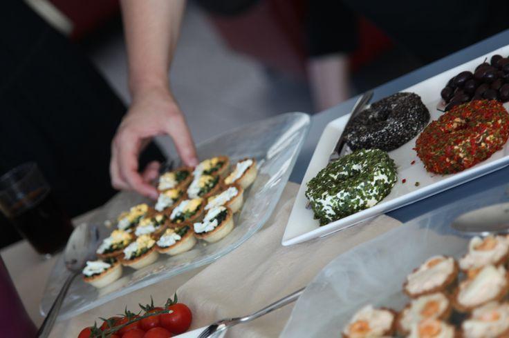 Tartaletas saladas, brochette de tomate, albahaca y mozzarela y tabla de quesos con especies