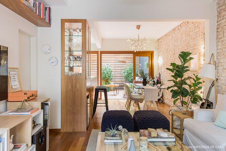 Sala de estar com estilo escandinavo, madeiras claras e tons pastel.