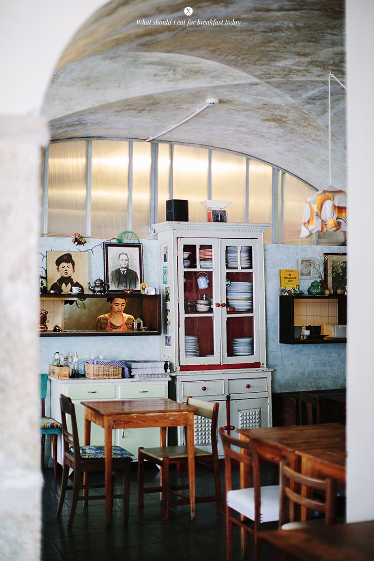 Cafe Tati (Rua Ribeira Nova 36) - located in front of the Ribeira Market has a Portuguese relaxed vibe. It's good for a late breakfast or relaxed afternoon.  Gets busy in lunchtime.