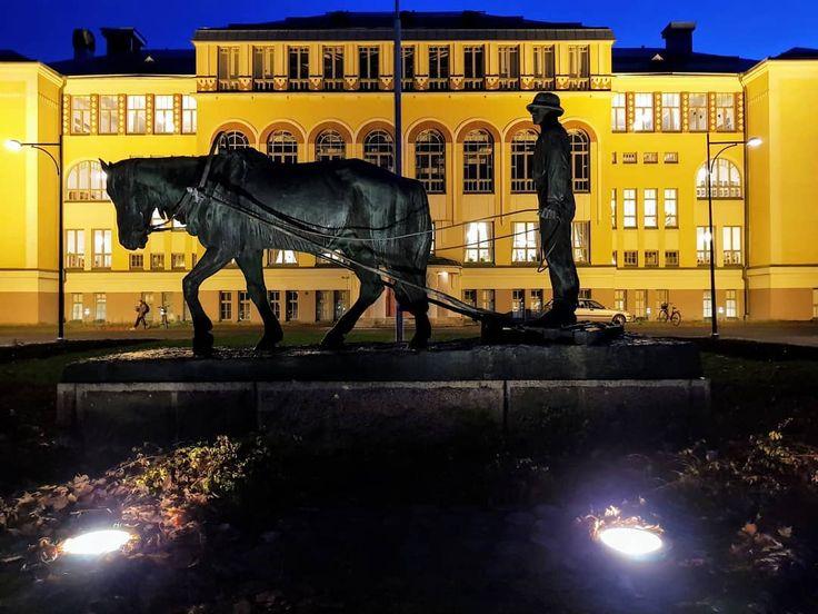 #cygnaeus #koulu #school #etualalla #miesjahevonen #intheforefront #manandhorse #statue #nightlights #nightlovers #architecturelover #architecturelovers #ilovethiscity #pori #porinkansallinenkaupunkipuisto #suomi #suomi100 #finland
