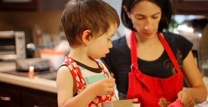 Criança na cozinha: ensinando a cooperar com prazer!