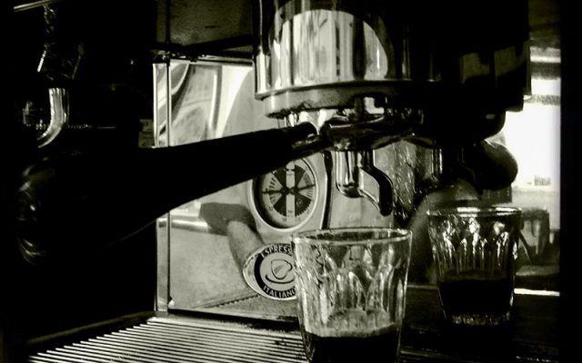 Bere il caffè nella città dei matti Trieste, la città dei matti, si differenzia per varie ragioni (anche storiche) dalle altre città italiane. Una peculiarità è sicuramente ben rappresentata dal caffè. #caffè #trieste