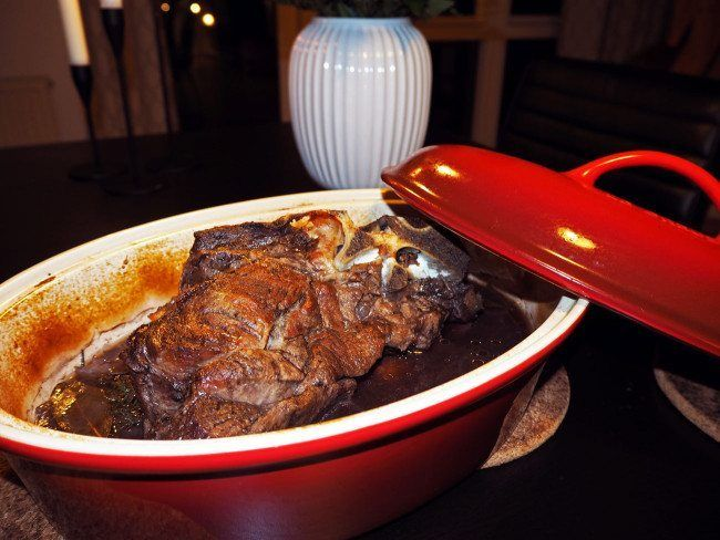 En stegeso er fantastisk til langtidstilberedt mad. Dette er en opskrift på langtidssimret oksesteg i stegeso, og du vil elske den!