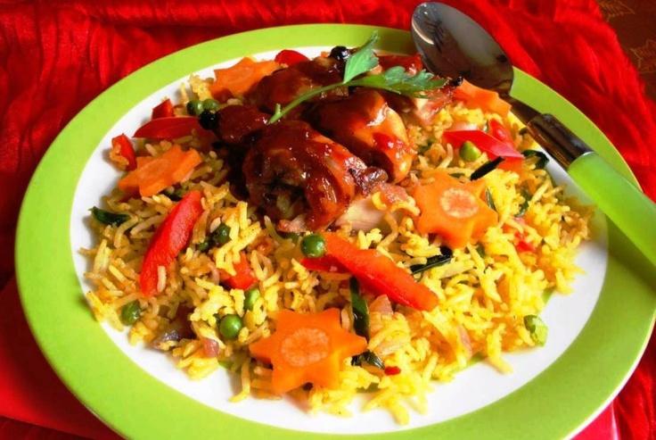 Moksie Alesie Chicken Parbo (gele rijst met speciaal geroosterde kip)