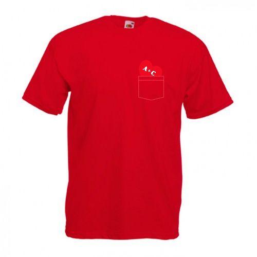 Tricou personalizabil pentru indragostiti. Scrieti initialele voastre pe inimioara ce intra in buzunar.