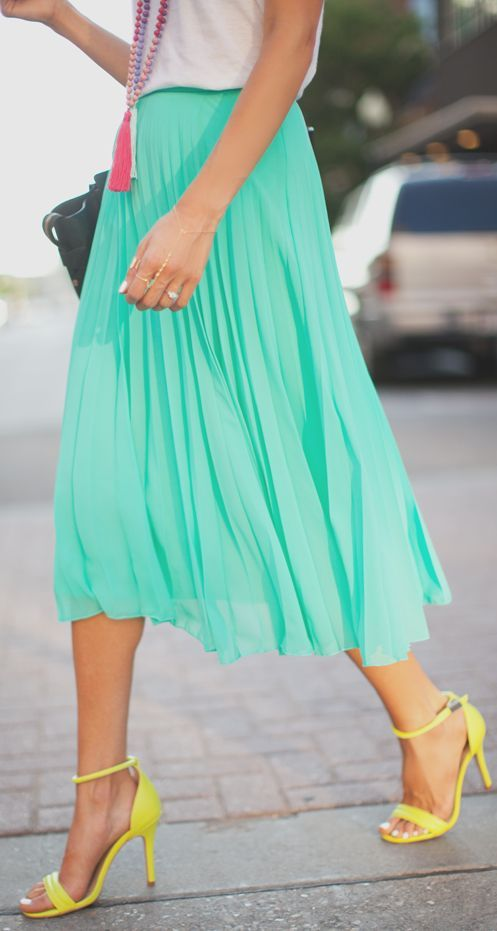 The Living Midi Skirt will freshen up your smart summer wardrobe with a dash of mint green. In an A-line style, this midi-length skirt has shaping pleats in the front and a fabric tie at the waist, giving a feminine silhouette that flatters every shape.