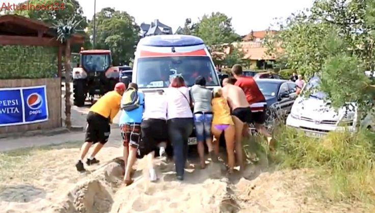 Mężczyzna zasłabł na plaży, a karetka zakopała się w piasku. Na pomoc ruszyli nawet plażowicze