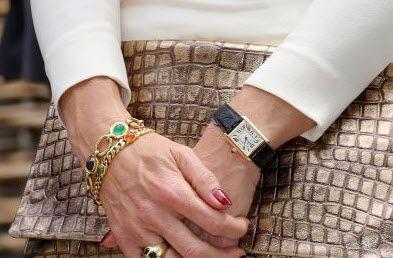 deze sieraden blijft ze steeds dragen, het Cartier horloge droeg ze al voor haar huwelijk. De armband met edelstenen en de namen van haar kinderen heeft ze nu een paar jaar.