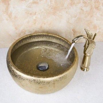 Gouden afgewerkte wastafel kraan met hand geschilderde goudkleurige keramische waskom