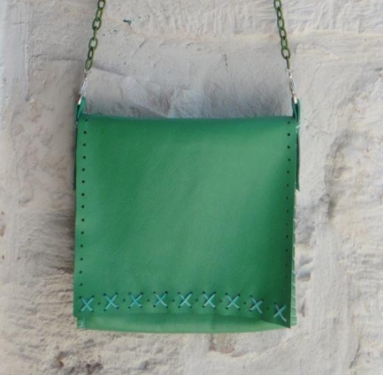 http://it.artesanum.com/artigianato-borsa_quadrata_verde_in_vera_pelle-36439.html