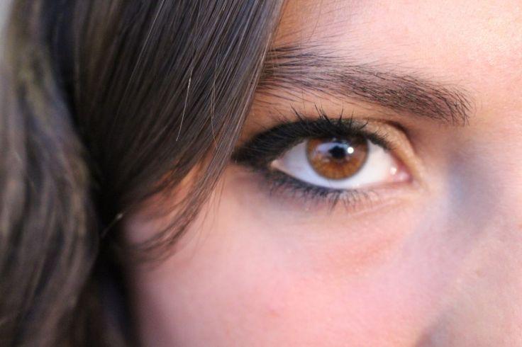 Si tienes los ojos pequeños y quieres que se vean mas grandes, debes delinear desde la mitad hacia afuera, ya que le da una sensación al ojo de apertura y hace que se vea mas grande, y cuando pases el lápiz por abajo que sea por afuera y no por dentro, ya que delinear el ojo por dentro achica mas el ojo.
