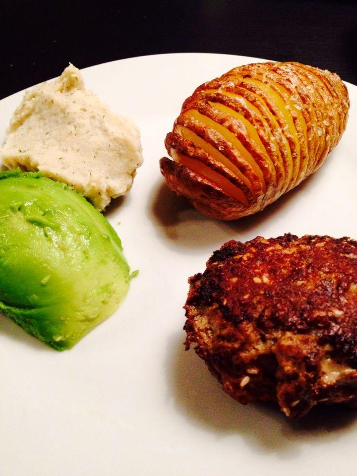 Mos (knoldselleri, urter, hvidløg, mayo). Hasselback kartoffel med havsalt. Avocado. Frikadelle (oksefars, æg, løg, snackpeber, sesamfrø, kardemomme, paprika)☺️