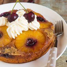 Ben je dol op ananas en kokos? Dan is deze ananas kokos cake echt is voor jouw! Deze cake is een combinatie van caramel, kokos, ananas en kersen. Eenvoudig te bereiden, volg de stappen in het recept. Ook ideaal als dessert na een zomerse barbecue.
