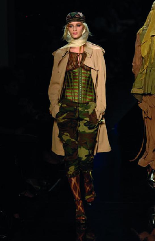 Jean Paul Gaultier, 2008, homenagem a americana Amélia Earhar num desfile da casa Hérmes com manequins vestidas de aviadoras. Amelia Earhar foi a primeira mulher a atravessar o Antlântico de avião tornando-se o cúmulo do chique com o seu Blusão de couro, os seus lenços de seda e as suas calças justas (1928).
