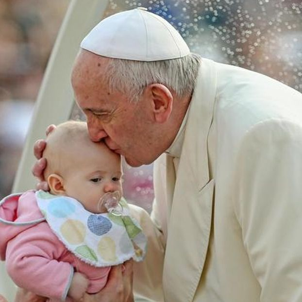 Papa Francesco bacia una bimba durante l'Udienza Generale
