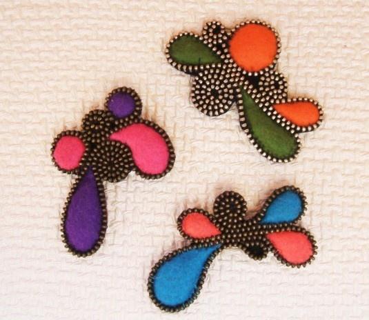 Tutorial para realizar broches combinando cremalleras y fieltro fino de colores.