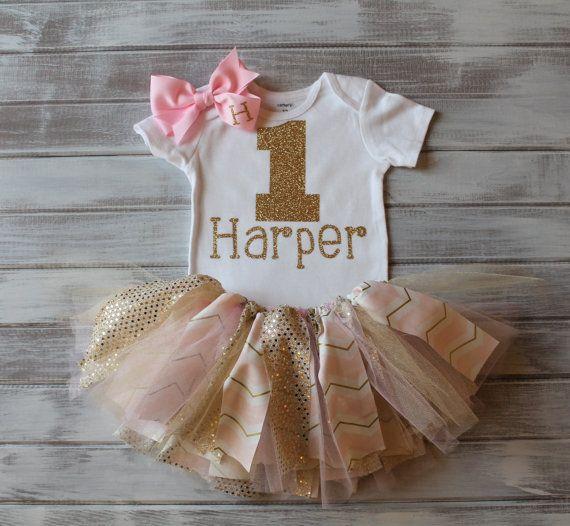 モノグラム ゴールドとピンクの第 1 誕生日ボディー スーツ チュチュ弓セット ゴールド 1 日 Bday ボディー スーツ ベビー女の子 1 歳の誕生日の服ゴールド ・ ピンクのシェブロン チュチュ