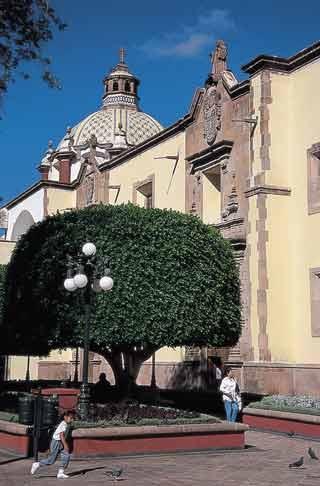 Vista lateral del templo de Santa Clara en la ciudad de Querétaro. Foto: Rafael Doniz