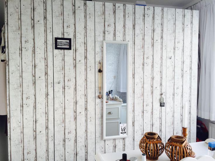 Ikea Pax kast behangen met steigerhout-behang. Vervolgens kapstokhangertjes als handgreepjes bevestigd, met daaraan persoonlijke accesoires (kettingen, sjawls). Tevens een spiegel en wat fotolijstjes bevestigd. Enorm blij met deze persoonlijke upgrade!