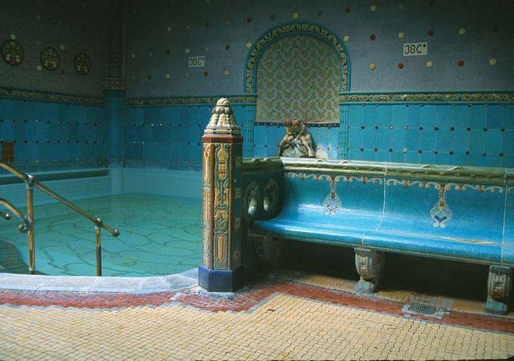 http://www.budapestvoyage.fr/wellness-spas-bains-thermaux-budapest/bains-gellert-budapest #gellertbudapest #budapest #gellertspa