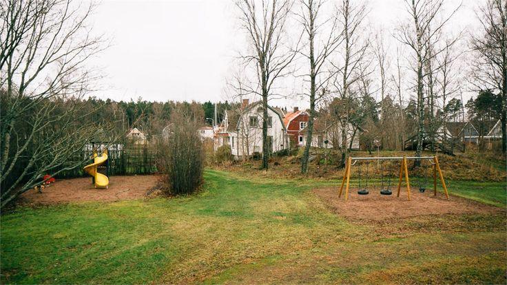 Grönområde utanför tomtgräns med lekpark