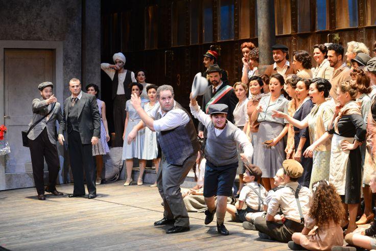 Al centro Elia Fabbian (Tonio), sullo sfondo Davide Giusti (Peppe) e Marcello Giordani (Canio) - Pagliacci (Ph. Roberto Ricci)