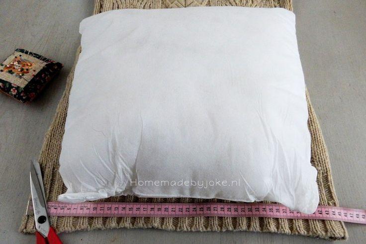Een kussen van een trui maken is vrij eenvoudig. Dus gooi geen oude truien weg maar maak er een leuk en decoratief kussen van voor op je bank.