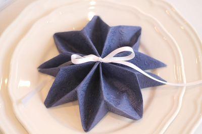 pliage serviettes étoiles ttps://www.youtube.com/watch?v=bQ_KElDZQNs