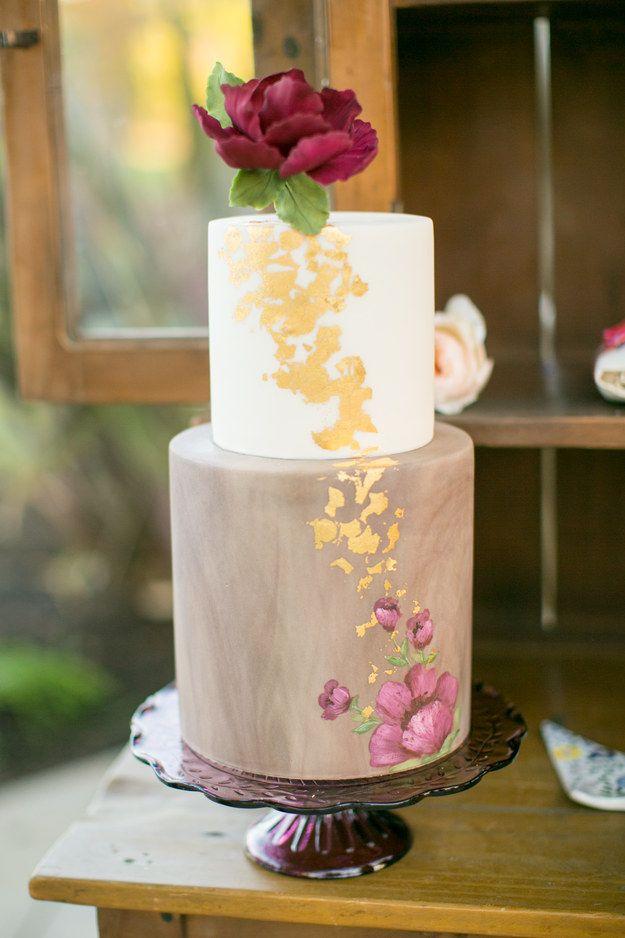 Este bolo romântico com flores e duas camadas.